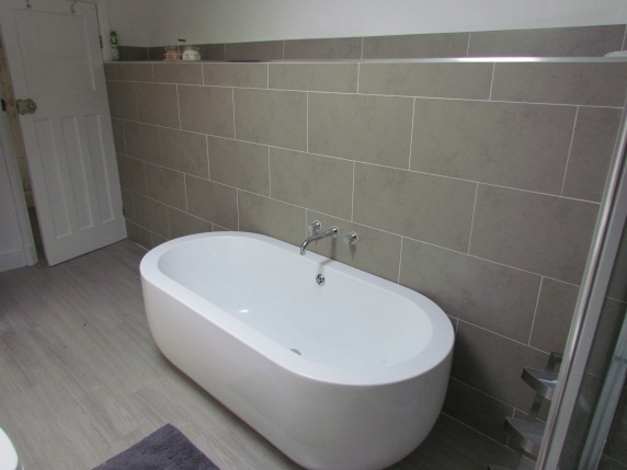 Freestanding bath